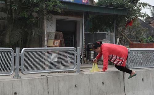 Chủ tịch xã bị đình chỉ vì để dân tháo tấm chống lóa trên quốc lộ 1