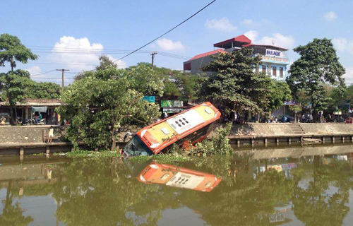 Xe khách giường nằm cắm đầu xuống sông 1