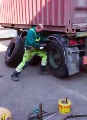 Một mình thay lốp xe container trong vài phút 1