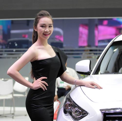 Bóng hồng khoe sắc tại triển lãm ôtô Việt Nam 5