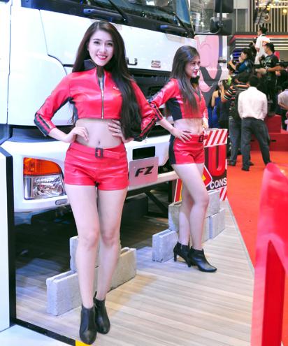 Bóng hồng khoe sắc tại triển lãm ôtô Việt Nam 8