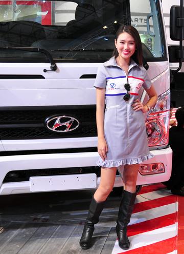 Bóng hồng khoe sắc tại triển lãm ôtô Việt Nam 10