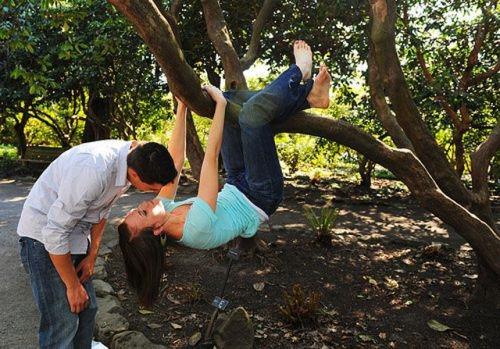 Thế giới có nụ hôn phong cách người dơi huyền thoại thì cặp đôi này có vẻthích phong cách 'người khỉ' hơn.