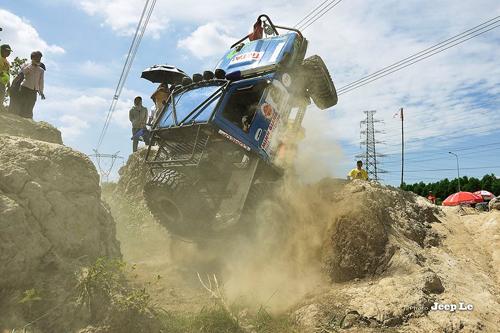 Dân chơi off-road Việt 'vật lộn' với bùn đất