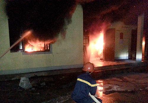 Kho hàng của công ty thủy sản bốc cháy trong đêm 1