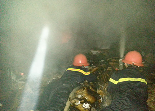 Kho hàng của công ty thủy sản bốc cháy trong đêm 2