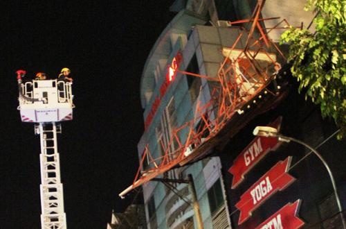 Hàng chục cảnh sát tháo biển quảng cáo sập trong đêm 1
