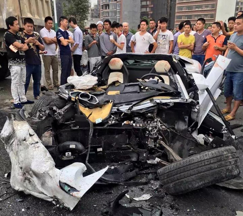 Lamborghini Aventador nát tươm vì đâm xe tải 3
