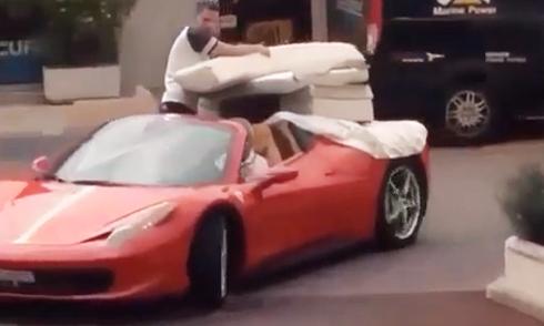 Tài xế giở thói đầu gấu, xe Porsche bị húc bẹp đuôi 2