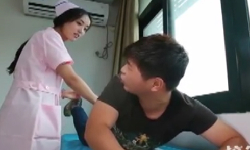 Chàng trai méo mặt vì rơi vào tay cô y tá thực tập