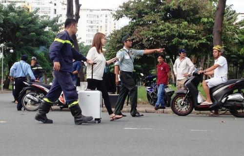 Giải cứu cô gái nước ngoài dọa nhảy lầu ở Phú Mỹ Hưng 2