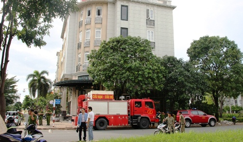Giải cứu cô gái nước ngoài dọa nhảy lầu ở Phú Mỹ Hưng 1