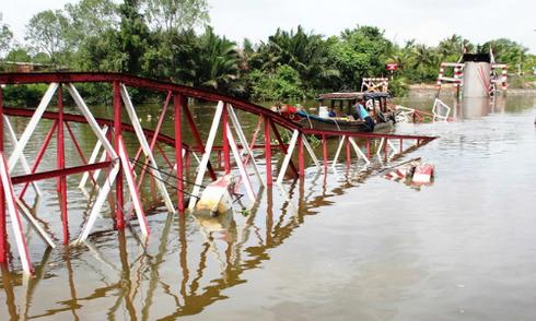 17 tỷ đồng xây cầu bị xà lan kéo sập ở TP HCM