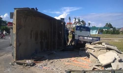 Ôtô tải nổ lốp tông xe ngược chiều làm 4 người bị thương 3