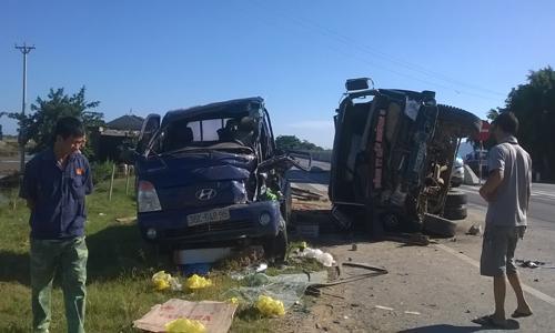 Ôtô tải nổ lốp tông xe ngược chiều làm 4 người bị thương 1