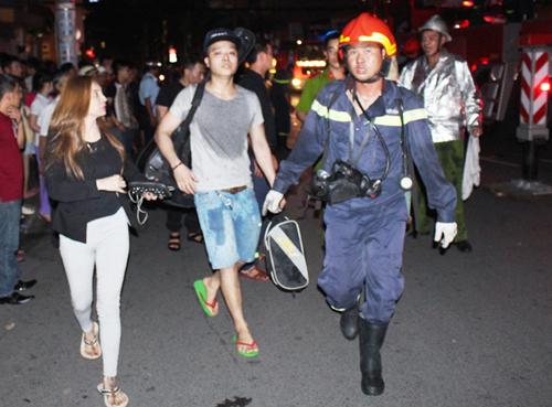 Cháy khách sạn trung tâm Sài Gòn, nhiều du khách mắc kẹt 2