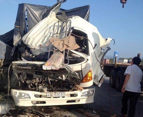 Ôtô tải nát đầu khi đâm vào đuôi xe đầu kéo 1