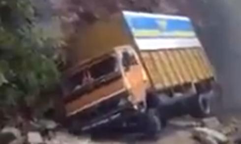 Xe tải thoát vách núi sạt trong gang tấc 1