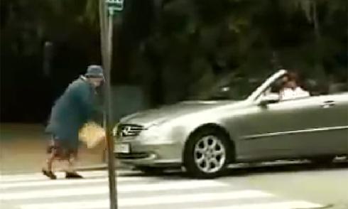 Cụ bà đập bung túi khí của tài xế thích bấm còi 1