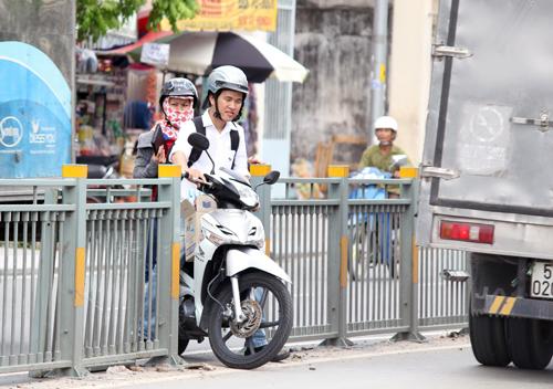 Người Sài Gòn phá dải phân cách lấy lối đi 1