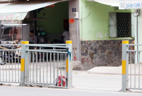Người Sài Gòn phá dải phân cách lấy lối đi 2
