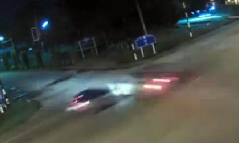 Hai ôtô lao vào nhau như tên bắn giữa ngã tư