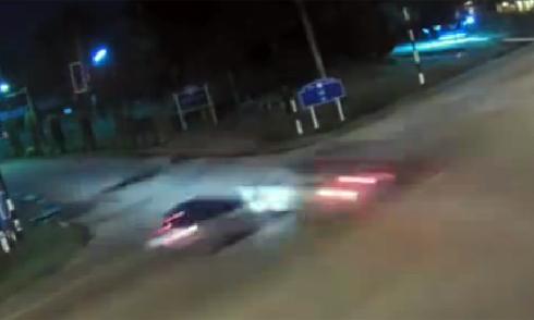 Hai ôtô lao vào nhau như tên bắn giữa ngã tư 1