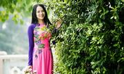 Cô gái Việt nền nã với áo dài truyền thống