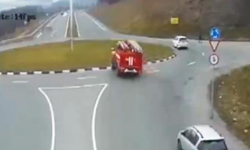 Xe cứu hỏa lao thẳng qua vòng xuyến 1