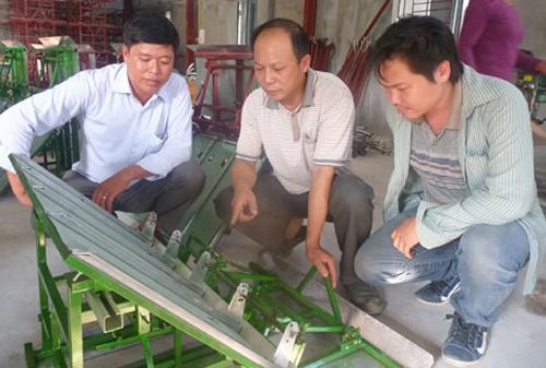 Anh Trần Đại Nghĩa (giữa) nói về năng suất máy cấy.