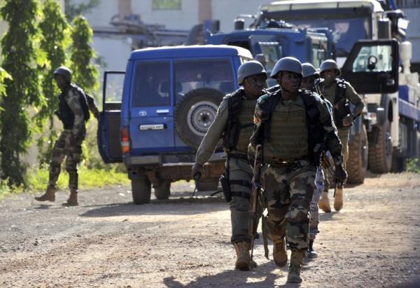 Lính Mali vào vị trí gần khách sạn. Ảnh: AFP