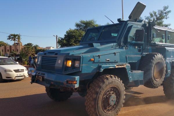 Lực lượng an ninh lái xe bọc thép gần khách sạn Radisson ở Bamako. Ảnh: Reuters