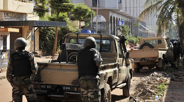 Quân đội Mali vào vị trí bên ngoài khách sạn. Ảnh: AFP