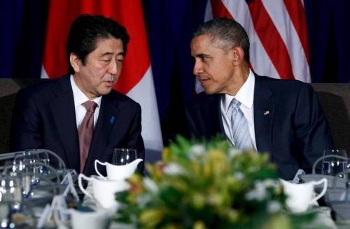Thủ tướng Nhật và tổng thống Mỹ trò chuyện trước cuộc gặp song phương bên lề APEC hôm 19/11. Ảnh: Reuters
