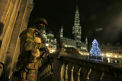A Belgian soldier stands guard over the Grand Place of Brussels following the recent deadly Paris attacks, in Brussels A Belgian soldier stands guard over the Grand Place of Brussels as police searched the area during a continued high level of security following the recent deadly Paris attacks, in Brussels, Belgium, November 22, 2015. REUTERS/Yves Herman