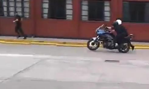 Giơ chân đạp ôtô, thanh niên rơi khỏi xe máy 3