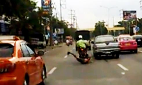 Giơ chân đạp ôtô, thanh niên rơi khỏi xe máy 1