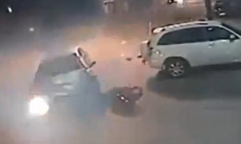 Giơ chân đạp ôtô, thanh niên rơi khỏi xe máy 5
