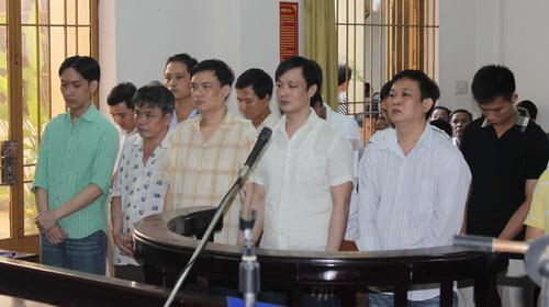 Long Thanh cùng đàn em tại phiên tòa xét xử tội danh Tổ chức đánh bạc và đánh bạc. Ảnh: Thái Hà