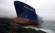Thủy thủ say rượu, tàu 7.000 tấn đâm vào đá