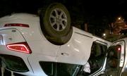 Xe Audi Q5 đâm gốc xà cừ, lật ngửa trong đêm