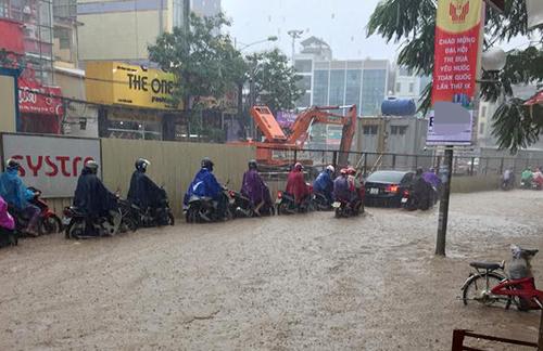 Nhiều tuyến phố Hà Nội ngập úng giữa mùa đông 2