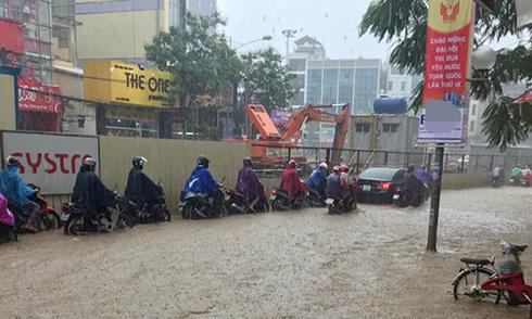 Nhiều tuyến phố Hà Nội ngập úng giữa mùa đông