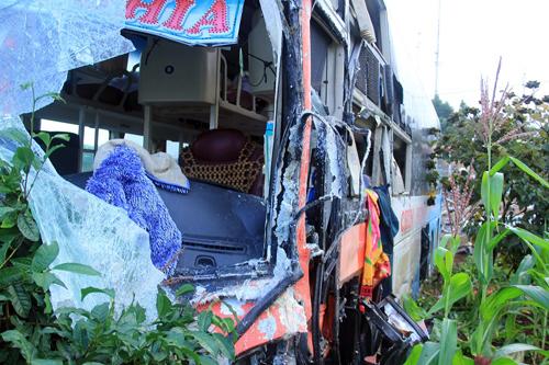 3 người gặp nạn sau cú vượt ẩu của ôtô khách 2