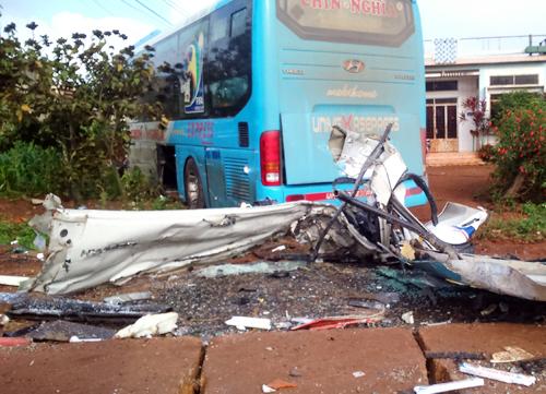 3 người gặp nạn sau cú vượt ẩu của ôtô khách 1
