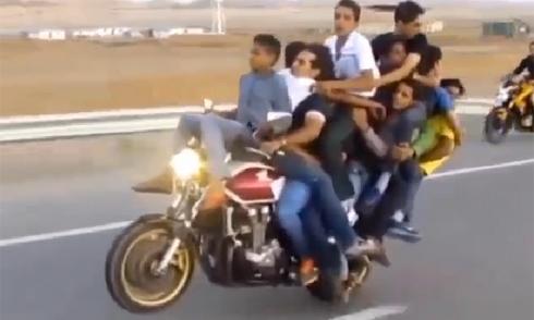 Chiêu giấu biển số của dân chơi môtô