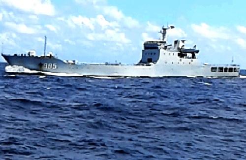 Tàu chiến 995 của Trung Quốc chĩa súng đe dọa tàu Việt Nam. Ảnh cắt từ clip của Công ty bảo đảm An toàn hàng hải biển Đông và hải đảo.