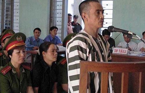 Ông Nén trong phiên tòa 17 năm trước. Ảnh: PL HCM