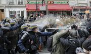Cảnh sát đụng độ hàng trăm người biểu tình ở Paris