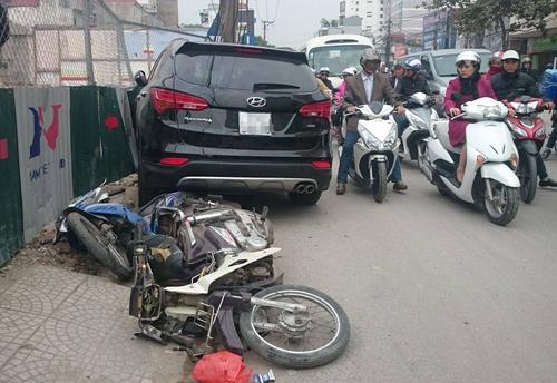 Xe Santafe gây tai nạn liên hoàn, 2 người nhập viện 1